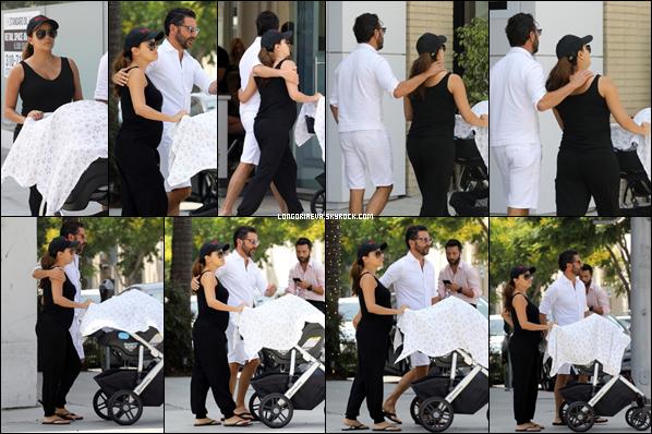 25/08/18 : Eva se promenant avec son mari et son fils à Beverly Hills , en - Californie. Tenue vraiment simple mais on ne peut que valider ce choix, c'est un top pour Eva !