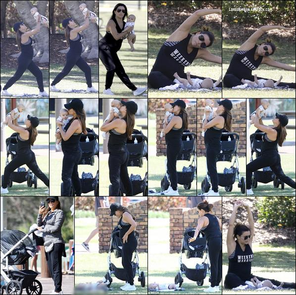 15/09/18 : Eva faisant quelques exercices avec son fils au parc Gold Coast en Australie. Une tenue sportive qui se justifie, j'aime beaucoup la complicité mère/fils c'est un top !