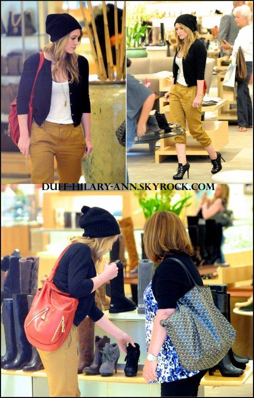 Actualité      28 Août - Hilary a été aperçue avec Susan (sa maman) en train de faire un peu de shopping.            Elle a encore changer de couleur cheveux ! Elle est plus claire qu'avant, comment trouvez-vous ?