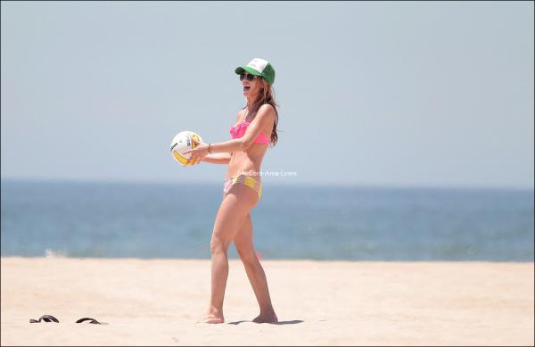 CANDIDS // Le 19 juillet Annalynne etait sur la plage avec quelques amies. Elles ont joué au beach volley, et c'est une A. absolument divine que nous retrouvons. Son bikini, la casquette et l'allure sportive, elle est plus sexy que jamais !
