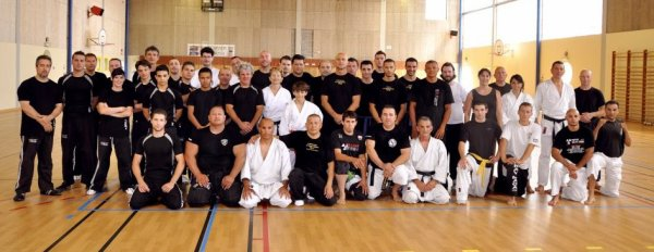 stage multi disciplines self defense : article de presse et photo de groupe