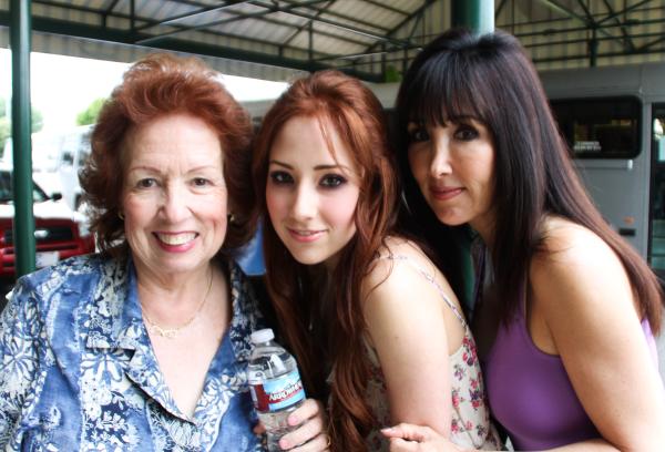 """""""Trois générations... une mamie, une maman et une fille."""" (Hilly Hindi)"""