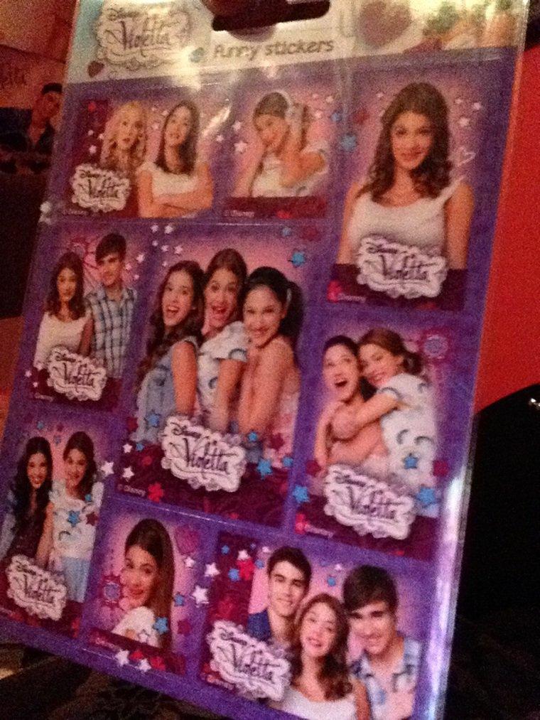 J'ai eu mes stikers de Violetta !