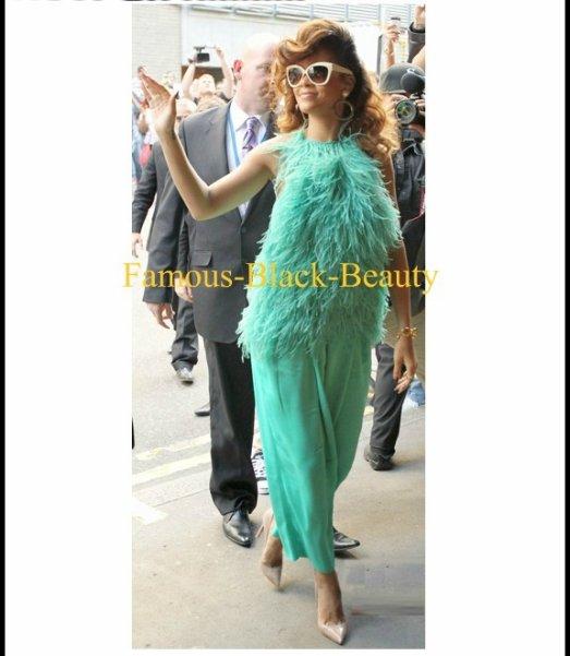 Chaud! Hmm ... ou: Rihanna en vert plumes Antonio Berardi Resort 2012 Haut et pantalon