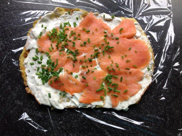 Omelette roulée au saumon fumé