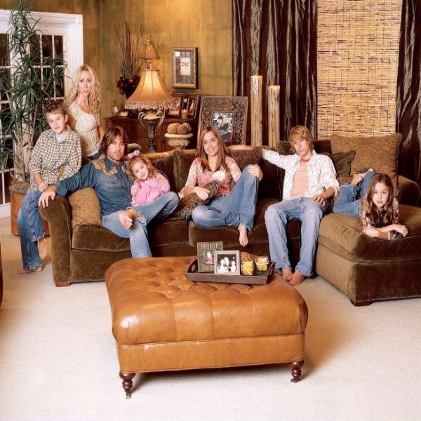 """""""Je voudrais que cette série n'ait jamais existé""""                 """"Hannah Montana a détruit ma famille. Si je pouvais avoir ma famille ici, près de moi, en sécurité, heureuse et normale, bref que tout le monde soit OK, ce serait fantastique.""""             Billy Ray Cyrus  attristé par les déboires et les polémiques qu'elle provoque ....."""