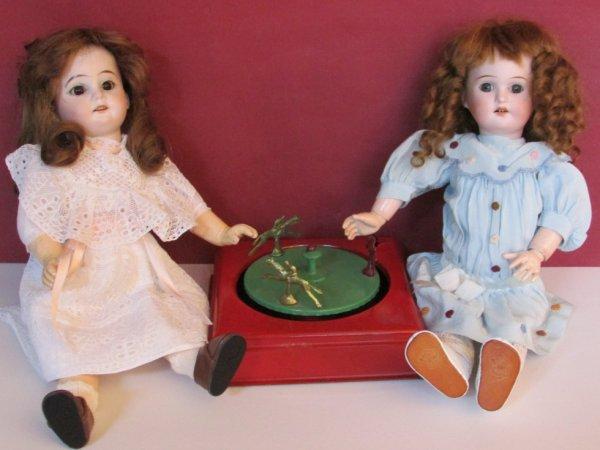 Il y a eu le petit salon de jouets anciens à Senlis (60) j'en suis revenue avec 2 poupées et quelques livres .....