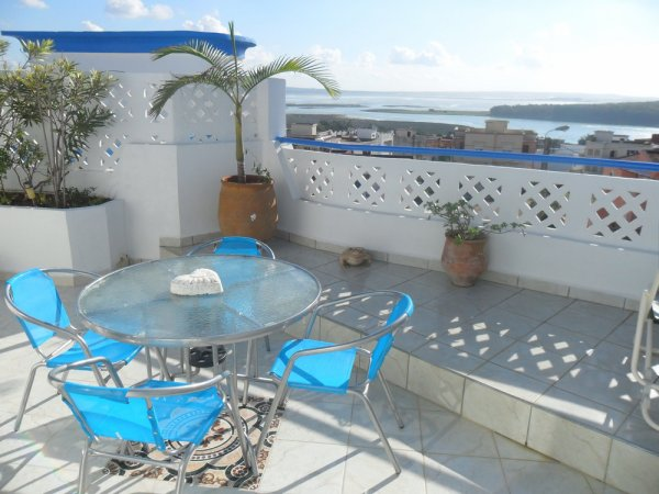 """N° 3  """" CHAMBRE  MANDARINE  """" sur toit terrasse  avec vue panoramique sur Lagon et Océan.   HAMMAM  gratuit à disposition"""