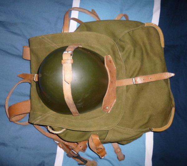 755.2 Casque roumain Modèle 72 sur son sac à dos