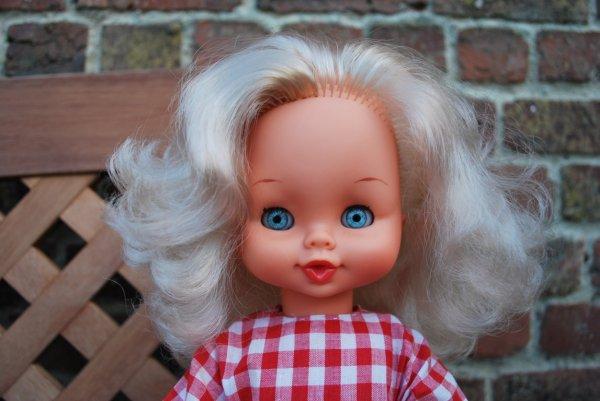 Jolie blonde Gadea