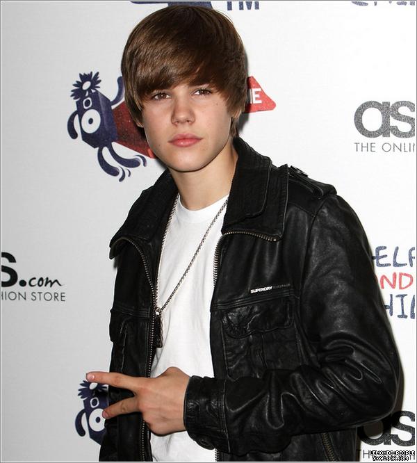 """Justin Bieber est accusé d'avoir agressé un enfant! _  Vendredi 15 Octobre alors qu'il était dans une salle de jeu, un jeune garçon de 12 ans a interpelé Justin en le traitant de  """"pédale"""". Bieber aurait manifestement réagit un peu brutalement à l'insulte du jeune et aurait poussé celui-ci, on raconte également que l'adolescent star se serait fait encercler par un groupe de jeunes gens et qu'en voulant se sortir de cette situation, un des enfants a reçu un coup. Lundi 18 Octobre le père de la """"victime"""", avocat à Vancouver a porté plainte contre Justin Bieber. Il l'accuse d'avoir frappé son fils. Selon le site TMZ qui est à la source de toute cette histoire, suite à cette affaire, Justin Bieber a décidé de se lancer dans une croisade de lutte contre la violence et l'homophobie."""