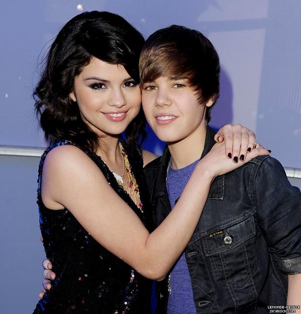Selena Gomez et Justin Bieber bien plus qu'une simple amitié..  En effet les tourtereaux ont été aperçus mains dans la main à la sortie d'un restaurant!   Quels sont vos avis? Aimez-vous ce couple?