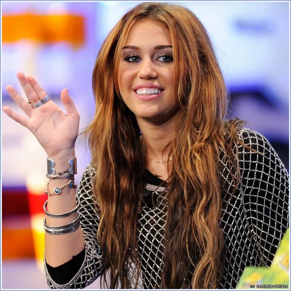 Miley Cyrus : Le Dossier   _ A tout juste 18 ans le jeune star Miley Cyrus ne fait que parler d'elle, nouvelle image sexy, photos nues (?), drogue.. Il y a à peine une semaine une photo nue de miss Cyrus à fait le buzz sur le web, il s'est avéré que ce n'était qu'un fake pourtant ce n'est pas la première fois que la teen avait choquée l'Amérique suite à des photos dénudée pour un magazine ainsi que d'autres clichés personnel. Une vidéo circule depuis ce week end montrant l'ex star de Disney fêter son anniversaire en fumant de l'herbe avec ses amis à travers une pipe à eau. Des sources précisent que la jeune actrice y avait mis du Salvia, une drogue naturelle légale en Californie reconnue pour ses propriétés hallucinogènes. Sur cette vidéo ont peut y entendre Miley y déclarait « Ok, je suis sur le point de partir loin. Je crois que je pars en trip. » Sur Twitter Billy Ray Cyrus, le père de la starlette s'est exprimé : « Je suis désolé d'avoir appris ça. Je viens de découvrir la vidéo, et ça me rend triste. Il y a beaucoup de choses qui échappent à mon contrôle, maintenant. »  Pour certaines personnes qui n'aurait pas compris, je ne porte aucun jugement sur Miley, je pense qu'elle est assez grande pour juger elle même ce qui lui semble être bien ou mal, je vous aporte seulement les informations que j'ai recueillis.