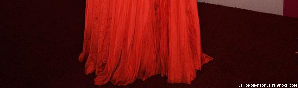 Zoom sur Selena Gomez lors des Golden Globes 2011