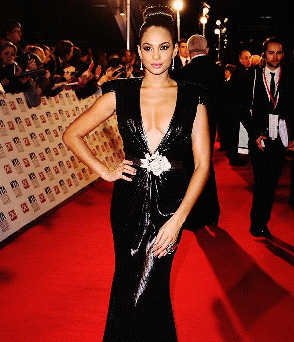 Alesha Dixon sur le red carpet des National Television Awards  wow plus décolleté tu meurs ;P