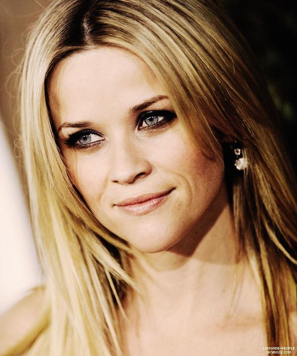 """Reese Witherspoon tombe sous le charme du beau Robert Pattinson  ' """"J'ai tellement de chance, il est incroyable, doux, gentil et tellement adorable. C'est vrai, en plus d'être charmant, c'est quelqu'un de très agréable"""", a confié Reese Witherspoon à Entertainment Tonight au sujet des scènes d'amour qu'elle a tournées avec Robert Pattinson dans le film """"De L'Eau pour les éléphants"""". Le film sortita normalement le 4 mai 2011 en salle, les deux acteurs incarnent des amants impliqués dans un triangle amoureux. Source Alors vous êtes préssé de le voir?"""