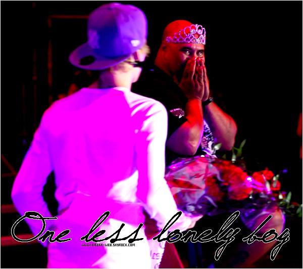 """. Justin Bieber piégé par un One Less Lonely Boy.. Vous êtes toutes très jalouses des fans qui ont le privilège de monter sur scène tous les soirs pendant que Justin Bieber chante One Less Lonely Girl. Il faut dire que le chanteur fait ça bien ! Bouquet de roses rouges, caresses... Plus d'une meurt d'envie de vivre ce moment. Ce qu'on ne savait pas, c'est que c'est le staff de Justin qui choisit l'heureuse élue. Et hier, le chanteur a vécu un moment pas comme les autres ! Après l'apothéose la semaine dernière avec son concert mémorable au Madison Square Garden de New York, il fallait une surprise de taille pour surprendre encore Justin ! Et la surprise... a été de taille, oui.Au lieu de trouver une jolie blondinette assise sur le tabouret au moment d'interpréter One Less Lonely Girl, Justin Bieber a trouvé un gros monsieur ! Il raconte sur Twitter : """"Vraiment pas cool. Haha. Me suis vraiment fait avoir. Je me suis dit 'putin !' lol. Il faut que je vois cette vidéo. Bien joué les mecs... bien joué. Ils m'ont vraiment eu ce soir. J'arrive pas à m'arrêter de rire. Vraiment bien joué. C'est l'arroseur arrosé ! Quelqu'un a une vidéo ?"""" Oui, nous aussi on attend la vidéo avec impatience. Apparemment, Justin n'en revient toujours pas ! Lui qui aime tant les blagues s'est fait piéger, et il en rigole encore le lendemain ! En tout cas, l'ambiance semble aussi bonne qu'au début sur le My World Tour ! Vidéo ."""
