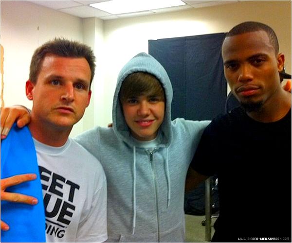 """. Justin s'est évanouit de fatigue ! . Le jeune chanteur de 16 ans avait annulé à la dernière minute son concert, prétextant juste """"être très malade"""". Tollé de la part des journalistes et des fans sur le net et dans la presse qui, du coup, ont accusé Justin d'avoir pris la grosse tête.  Sauf que beaucoup oublient que derrière la nouvelle idole des jeunes, se cache un jeune ado… d'à peine 16 ans, qui enchaîne les tournées mondiales et les coopérations musicales et télévisuelles à un rythme effréné ces derniers mois.  Et que ce rythme l'aurait purement et simplement affecté le 29 août dernier. En effet, d'après le National Enquirer, Justin se serait """"évanoui de fatigue"""" sur son lit : """"Justin ne pouvait pas continuer. Il s'est allongé sur son lit et s'est évanoui de fatigue. Il était complètement épuisé physiquement et mentalement et a craqué. Il est toujours à fond, mais d'un coup, il s'est senti mal. Il a dû aller se coucher… Il est sérieusement fatigué.""""  Cette même source à rajouté : """"Justin garde la tête haute devant les caméras. Mais il est encore faible… Et les médecins lui demandent de se reposer davantage. Sinon, il risque une rechute ! Mais il ne peut pas, ou ne le fera pas. Parce qu'il ne veut pas décevoir sa mère, son manager ou encore ses fans."""" Mais ses fans comprendront peut être que Justin doit aussi avoir droit à du repos de temps en temps, non ? ."""