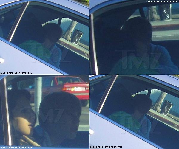 . Justin et Jasmine Villegas entrain de s'embrasser dans une voiture.  .
