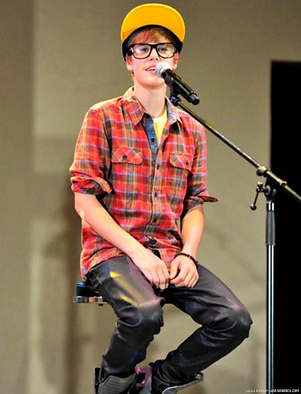 . Justin à Tokyo au Japon. Que penses-tu des lunettes ?.