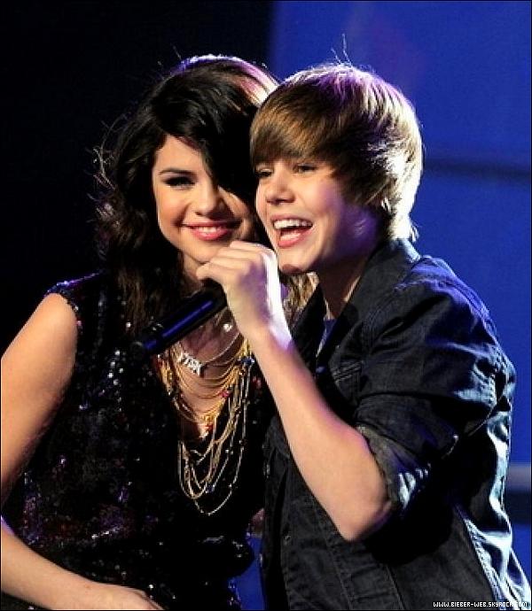 . Justin Bieber et Selena Gomez vus la main dans la main ! . Elle court…elle court la rumeur selon laquelle, Justin Bieber serait impliqué dans une relation amoureuse avec Selena Gomez, celle-là même qui se moquait de lui, il a quelques semaines. Dans la vie amoureuse de Justin Bieber, les semaines se suivent, mais ne se ressemblent pas. Alors que la semaine dernière, on le disait tombé sous le charme de Demi Lovato, mais il n'en serait rien. Le chanteur canadien, 16 ans, n'aurait d'yeux que pour Selena Gomez avec laquelle, il aurait été aperçu main dans la main à la sortie de «Menchie's», un restaurant à la mode de Los Angeles. Sous couvert d'anonymat, un témoin a confirmé cette nouvelle à «Hollywood Life». «Selena tenait la main de Justin a la sortie du restaurant », a-t-il déclaré.  . VOTE POUR MOI OU BOOST MOI AU BLOGTOP DE BIEBER-JUSTIN !.