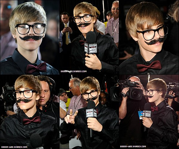 .  Justin se faisant passer pour un journaliste sur le tapis rouge des Critics' Choice Movie Awards. .