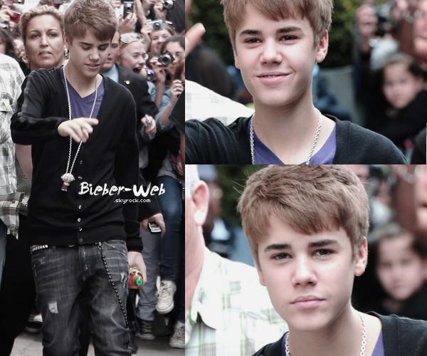 . Justin qui sort de son hôtel le 29 mars à Paris !.