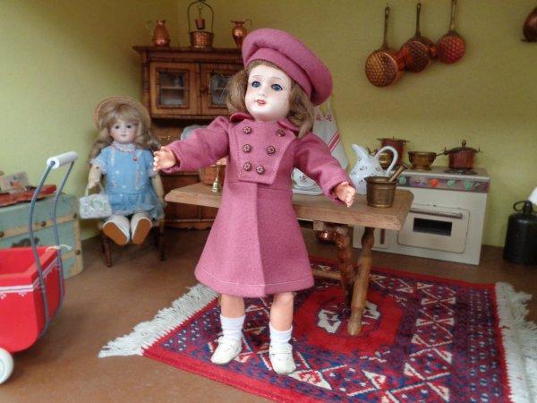 Bleuette adore son nouveau petit manteau !