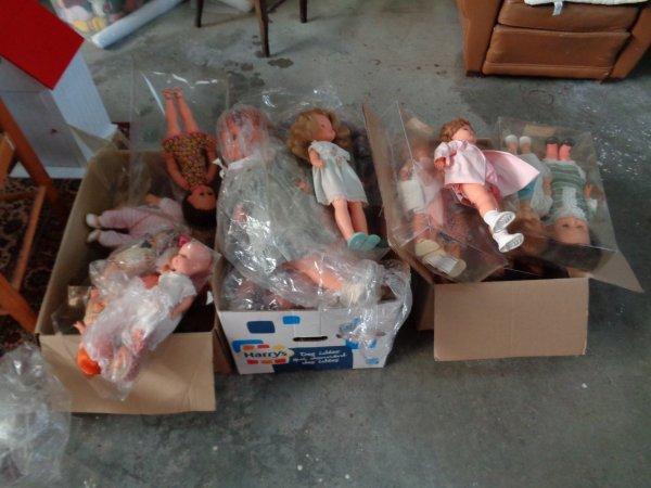 Je trie mes poupées en prevision d'un vide grenier.