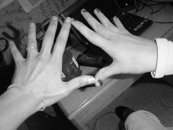 la main de ma best et moi inseparable a deux jusko bout