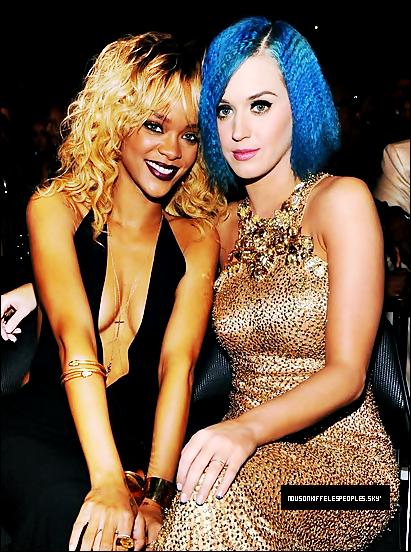 #Leurs point commun ? : Elle aime changer de couleur de cheveux !Rihanna a apparamment un faible pour les décolleter plongeant..#