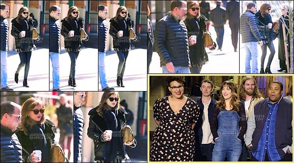 24.02.15   Dakota Johnson  a été photographier alors qu'elle quittait seule son hotel dans les rues de New York.   De plus , une toute nouvelle photo promotionnelle de l'emission Saturday Night Live vient de faire son appartion sur le net !