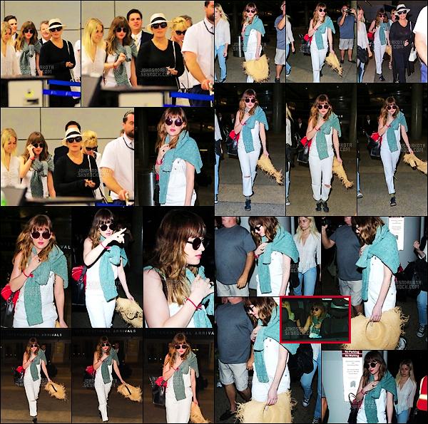 21.03.2015 : Dak a été aperçu à l'aéroport de LAX avec Kris Jenner et de sa mère, Melanie à Los Angeles. Notre belle actrice venait tout juste d'atterrir après avoir passée ses vacances bien méritées à Cancùn au Mexique avec Kris Jenner et de sa mère.