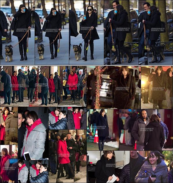 24.04.2015 : Dakota  a été aperçu en quittant sa résidance dans le quartier Greenwich Village à New York. Durant la soirée , Dakota a été de nouveau aperçu sur le tournage de prochain filme intitulé HOW TO BE SINGLE en tournant une nouvelle scène .