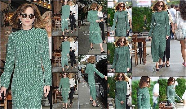 10/09/2015 : Dakota Johnson a été photographier en quittant son Hotel Noho  à New York City. US Puis on retrouve , Dakota en train de se promener seul dans les rues de new york - Coté tenue : je luis mets un gros flop. dommage