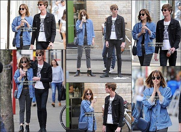 . 21/09/2015 : Dakota Johnson a été photographier en se promenant [/g ] avec Matthew dans les rues de New York. . .
