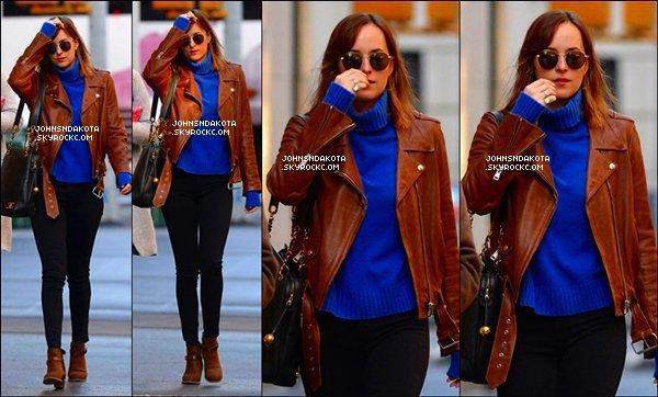 """. 03/12/15: Dakota a été vu lors de l'achat dans le magasin """"Barneys New York""""  avec son amie Emily Ward à LA. ."""