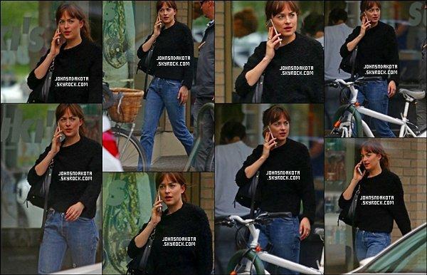 24/06/2016 : Dakota  a été aperçu en se rendant au téléphone au restaurant sushi  à Vancouver.CA La jolie brune est aller rejoindre l 'épouse de Jamie :Amelia Warne. On dirait que ses deux jeunes femmes s'entendent bien .Avis?