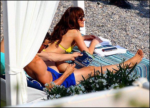 12/07/2016: Dakota avec sa co-star Jamie sur le set de Fifty Shades Freed à la plage de Saint Jean Cap Ferrât  Nos deux acteur son en France pour tournée des scène de la lune de miel de  Christian Grey et d'Anastasia Steele devenue Mme Grey. Avis?