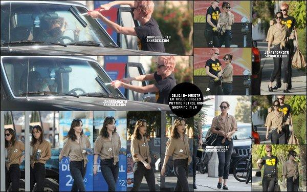 05/10/2016: Dakota a été photographier avec son amie Blake  dans les rue de Los Angeles