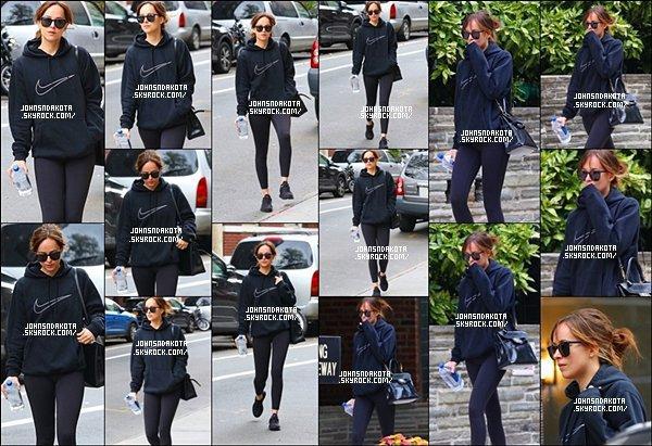 .13/10/16: Dakota Johnson a été photographier en sortant seul de la salle de  sport à New York City .  C'est vraiment génial nous avons encore une fois des nouvelle de notre actrice   Dakota ,j'espère que sa continua.j'aime sa  tenue. Des avis ??? .