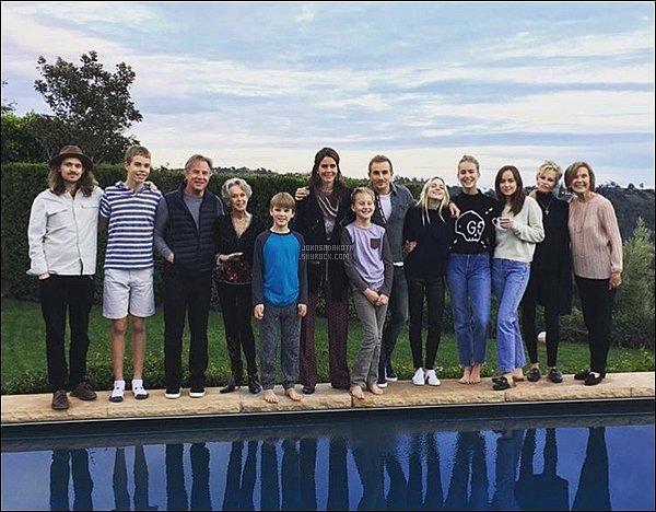 25/12/2016:C'est entourée de sa famille que Dakota à passer les fêtes du réveillon de noël