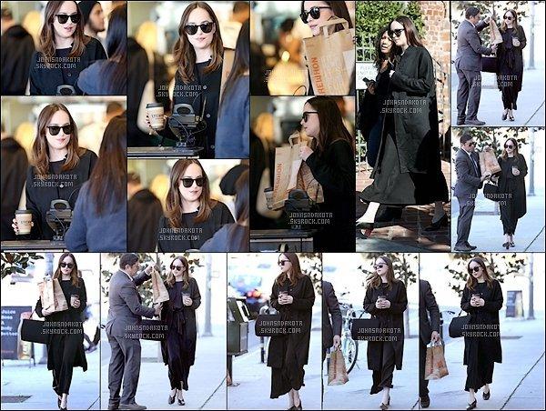 . 27/01/2017 : Dakota a été photographier en allant chercher son  déjeuner à  West Hollywood.. .