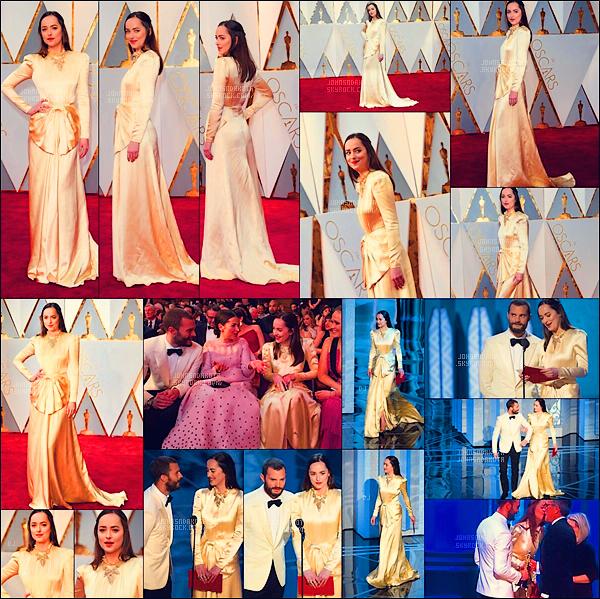 .26/02/17: Dakota s'est rendu à la cérémonie des  Academy Awards qui s'est déroulée à Los Angeles. Pour cette soirée , Dakota portait une robe dorée signée de la maison italienne : Gucci. Elle était au coté de Jamie pour remettre un prix. Avis?   .