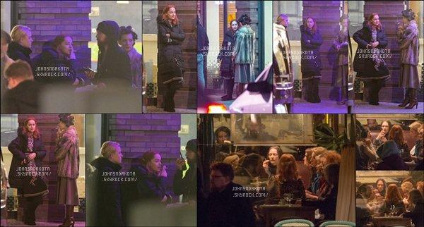 .01/03/17: Dakota a été vu cigarette à la main pour  poursuivre la fin du tournage de Suspiria à Berlin . Bien que le tournage se soit fait dans la plus grande discrétion jusqu'à présent le cast filmait une scène au Paris Bar de la capitale allemande Avis ? .