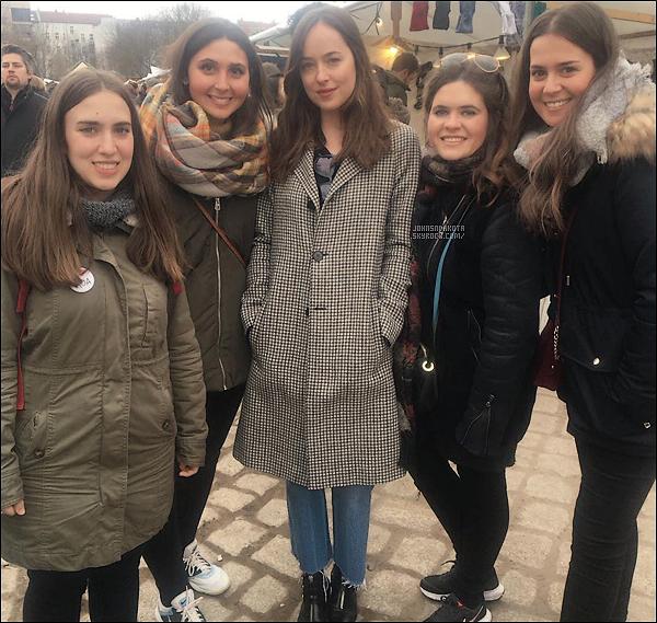 05/03/17 : Dakota a été aperçu par quatre fans espagnols surment au marché à Berlin. ALL