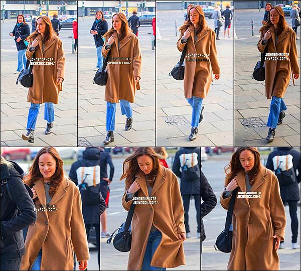 .08/03/17: Dakota a été photographier alors qu'elle se rendait seul à son hôtel le  Soho House, à Berlin. Dommage qu'on ne voit pas sa tenue complète , mais principalement je n'aime pas la coupe de son manteau mais j'aime beaucoup la couleur Avis ?  .