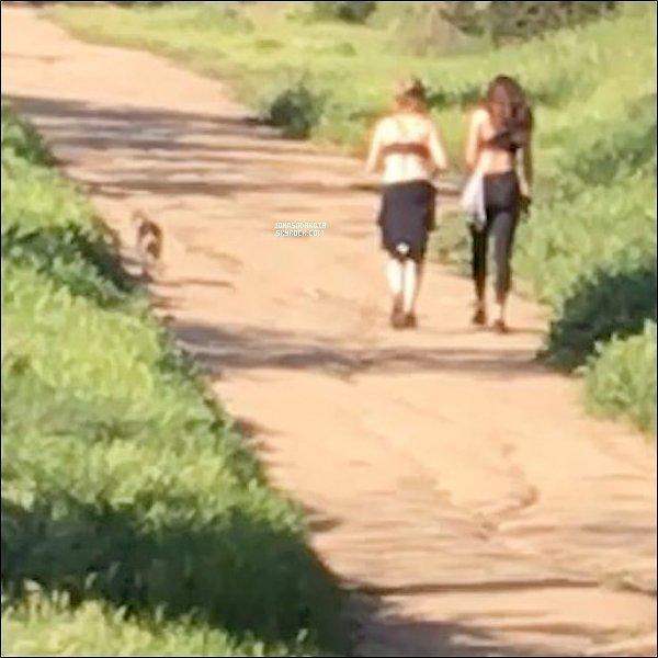 .13/03/17: Dakota a été photographier avec son chien et son ami en se  promenant , dans Los Angeles. Désolé pour la qualité de la photo ses la seul qui existe de plus , il s'agit d'une capture d'une vidéo qui a été pris par une fan à se moment là . Avis ?  .