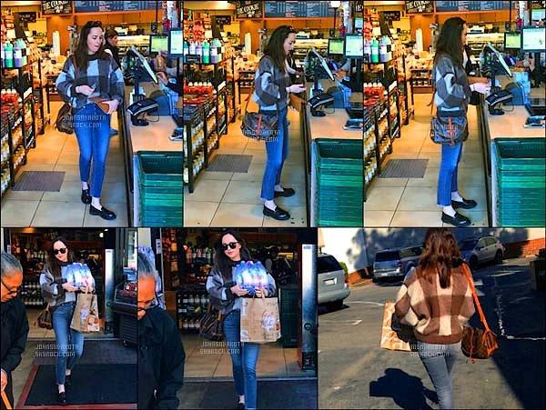 .23/03/17: Dakota  a été photographier alors qu'elle quitait un  supermarché   à Los Angeles  - Californie  Très peu de photo disponible mais au moins nous savons ce qu'elle a au fait aujourd'hui . Côté tenue : J'aime beaucoup le pantalon de Dakota