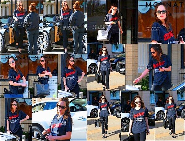 .24/03/17: Dakota  a été photographier en faisant du shopping chezBarneys New Yorkdans Los Angeles  Dakota nous gatte beaucoup en ce moment  avec ces sortie. Côté tenue : Dakota a préféré une tenue découtractée pourla journée shopping . flop